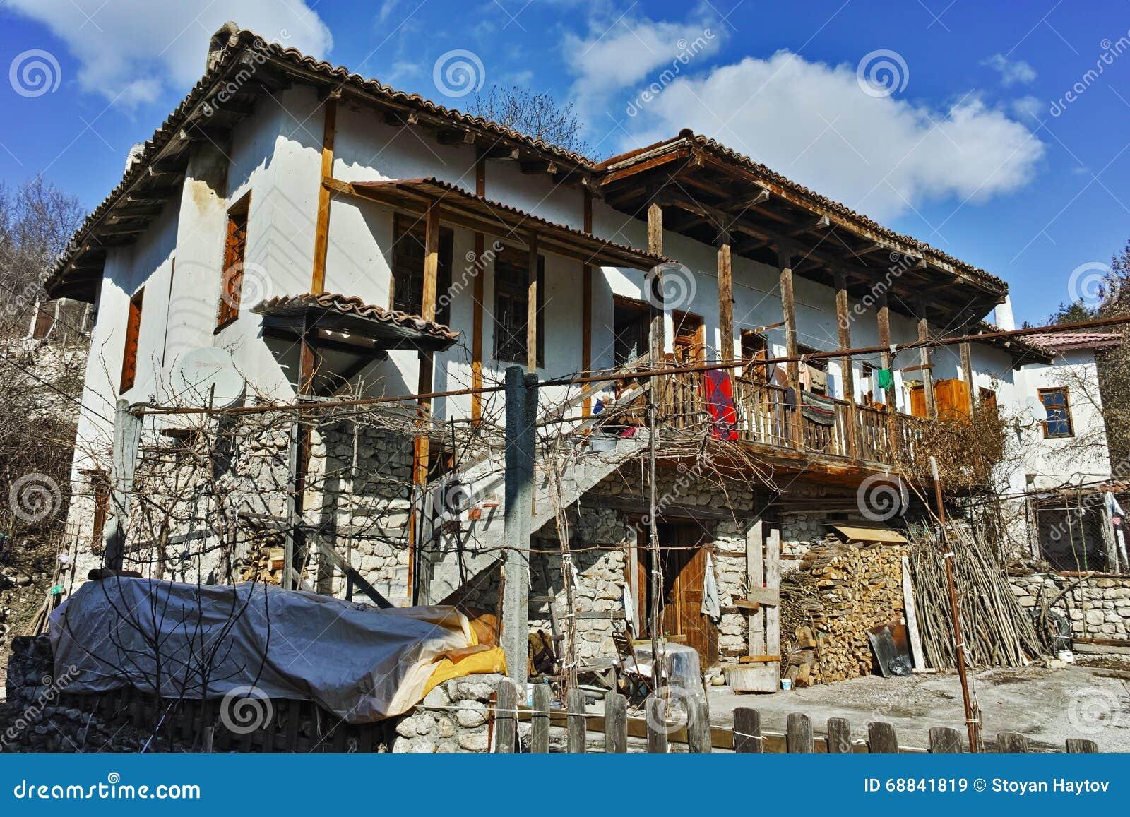 有木门廊的老房子在Rozhen,保加利亚村庄