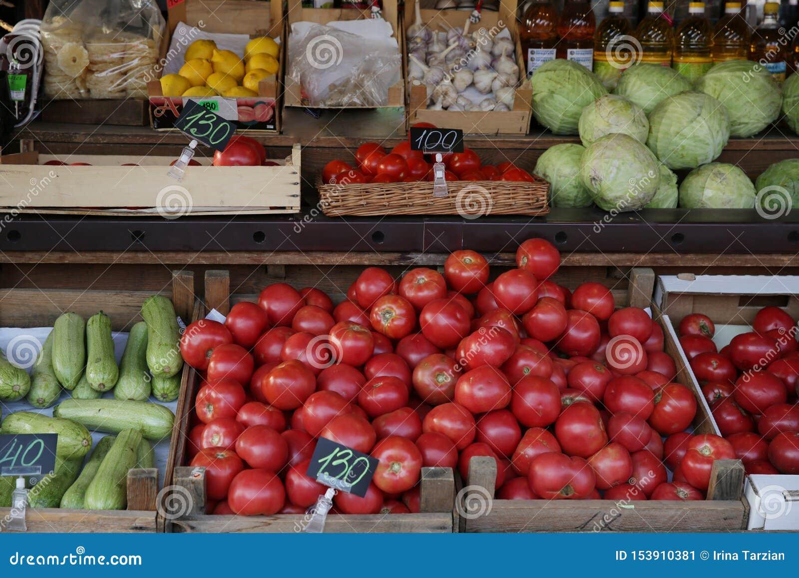 有机新鲜的不同的蔬菜、蕃茄和水果在市场上