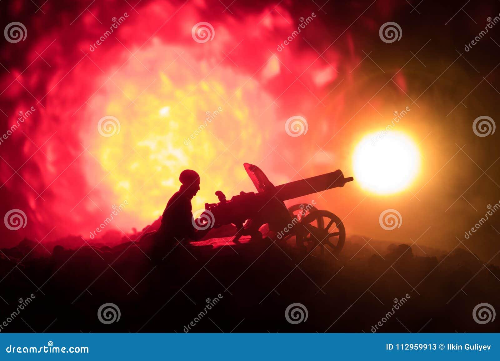 有机枪的人在夜、火爆炸背景或者军事剪影里与在战争雾天空背景,世界W的场面战斗