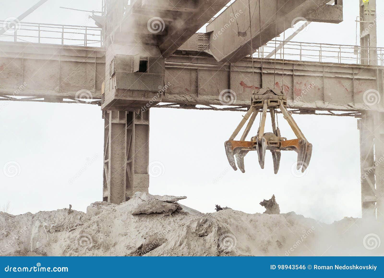 有机械multivalve蛤壳状机件劫掠的吊车在热的户外工厂设备商店