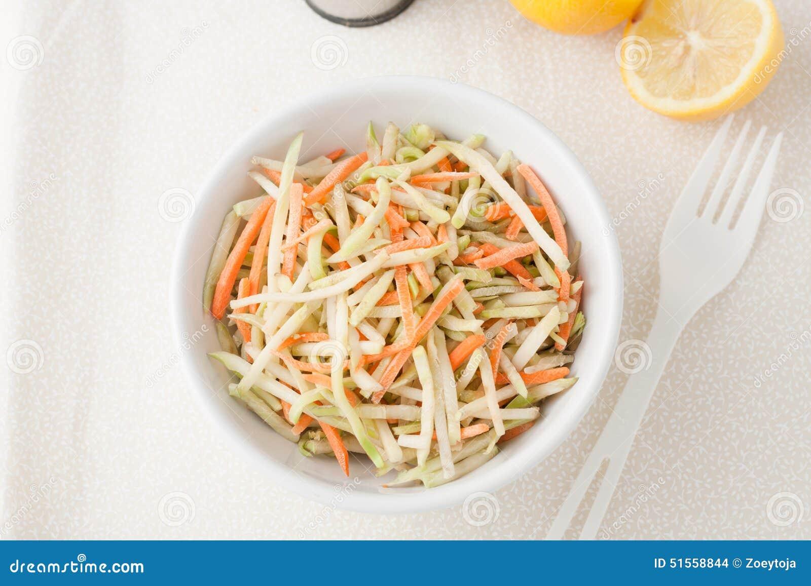 有机硬花甘蓝slaw和切细的红萝卜