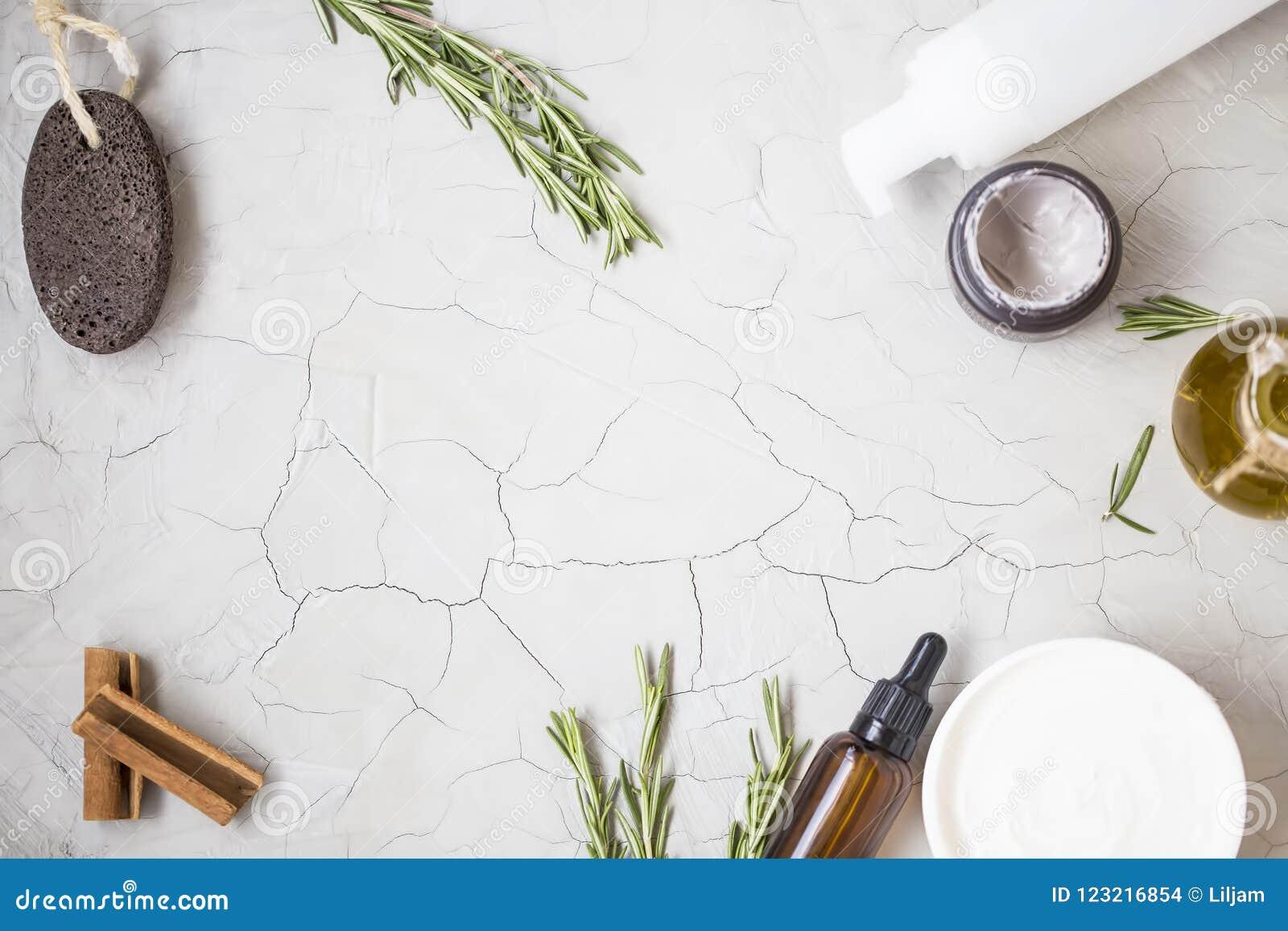 有机skincare产品flatlay与油瓶,轻石,橄榄