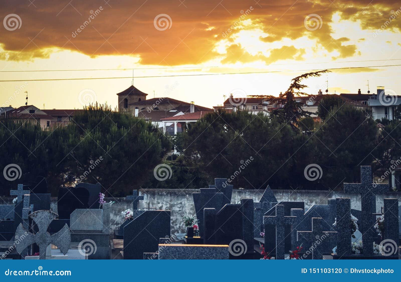有村庄和日出背景的公墓