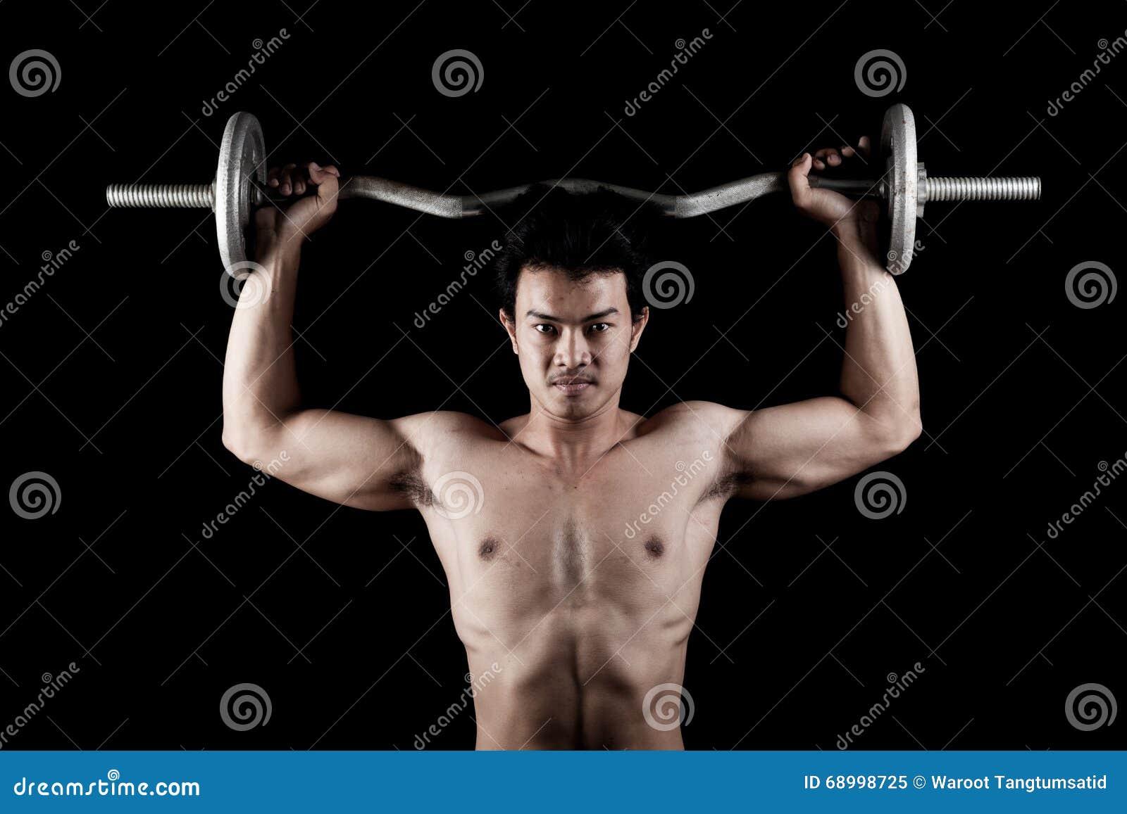 有杠铃的肌肉亚裔人
