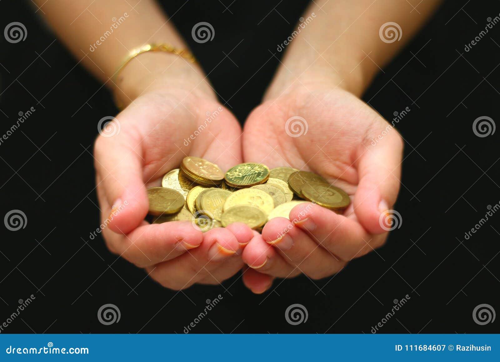 有极少数的妇女在她的棕榈的硬币