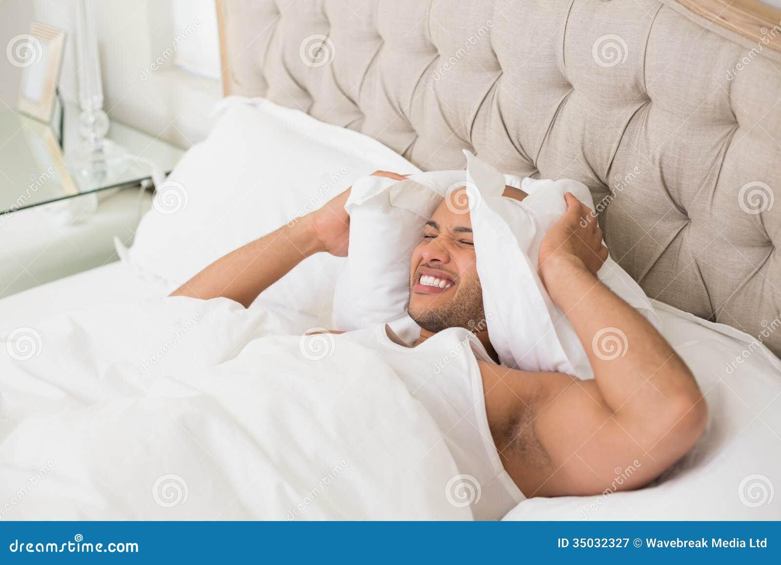 有枕头的困人覆盖物耳朵在床上