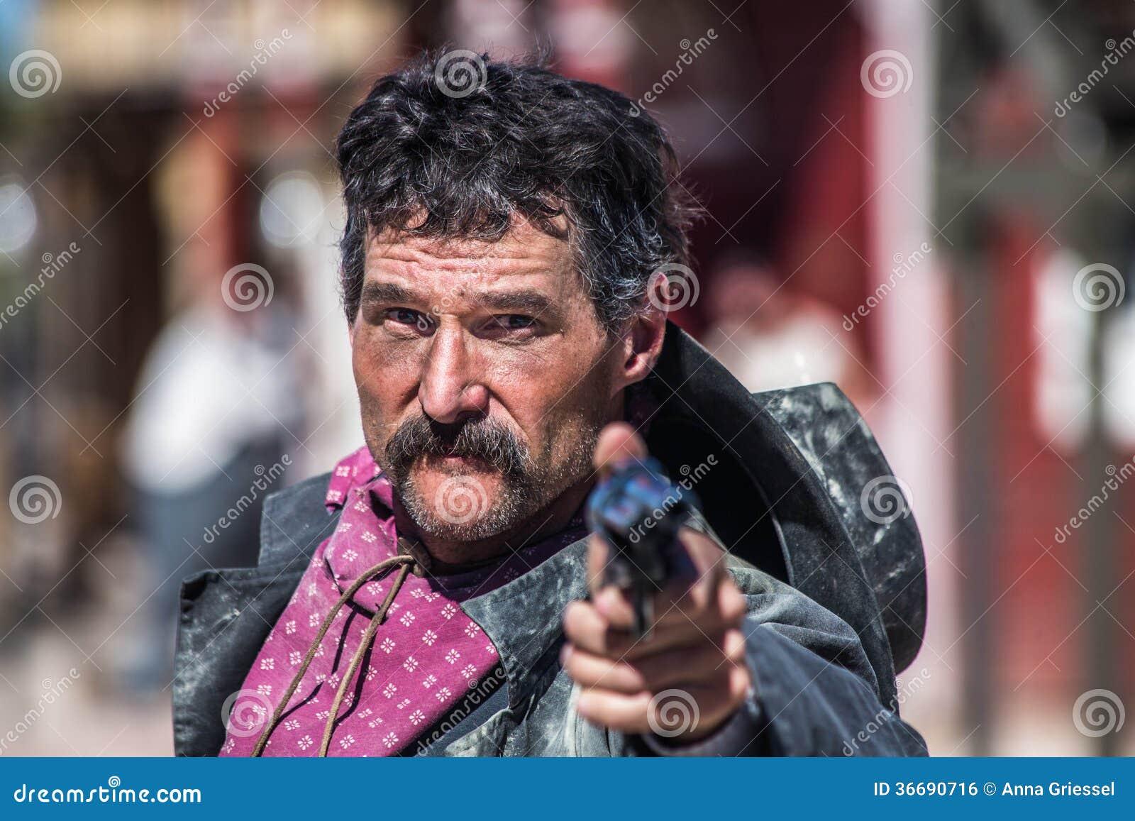 有枪的恼怒的牛仔