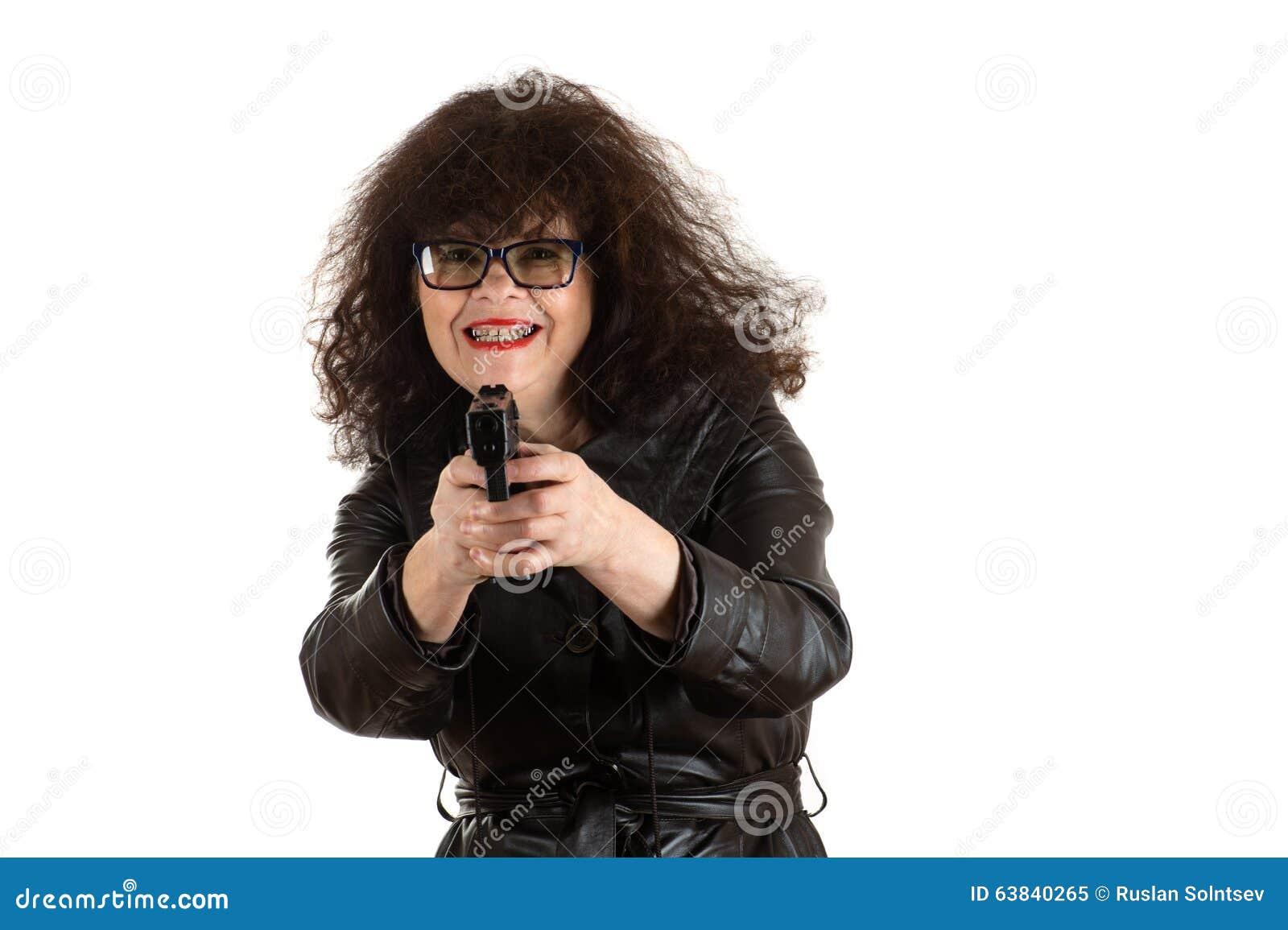 有枪的成熟妇女在手中