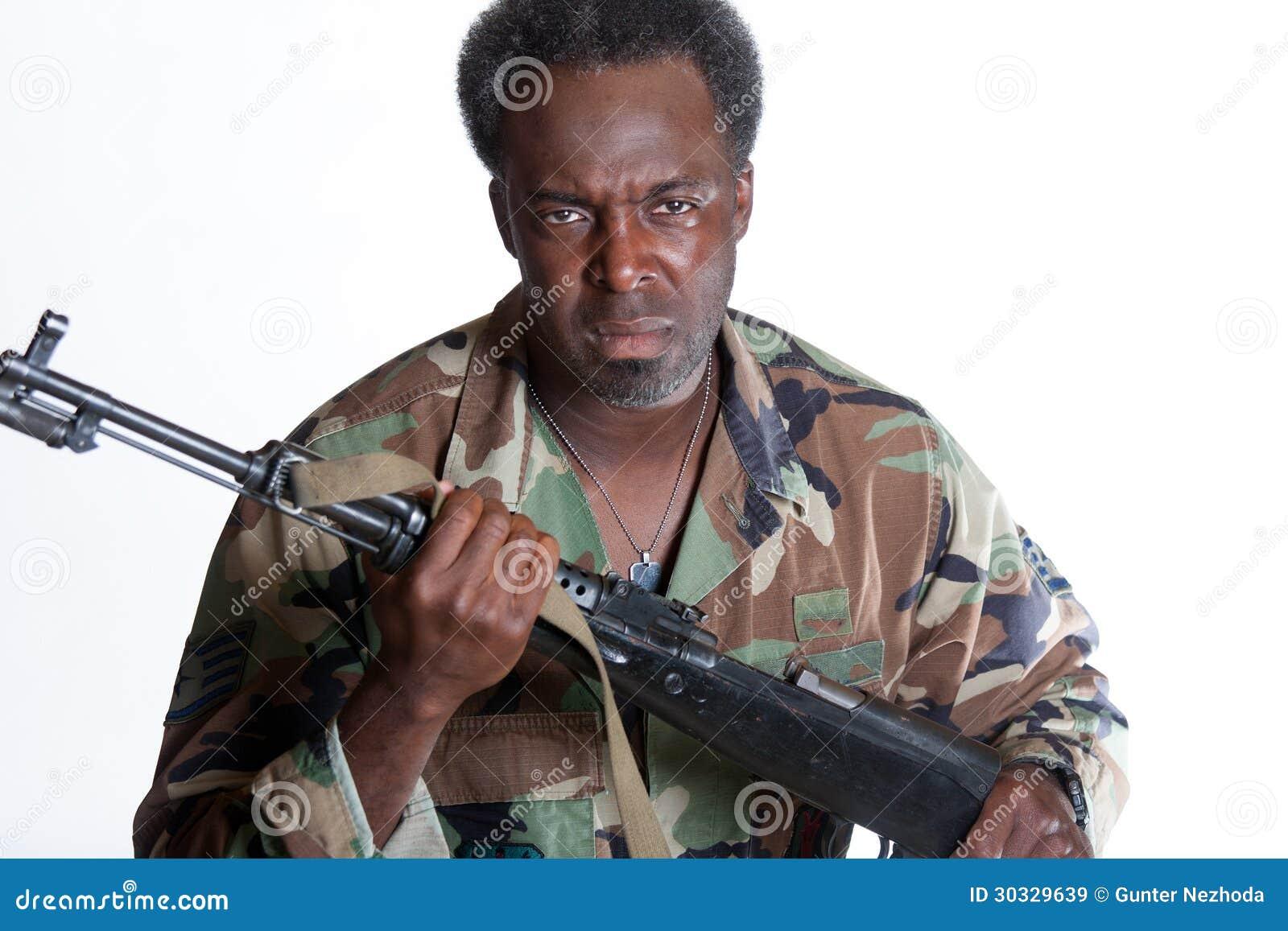 有枪的非裔美国人的人