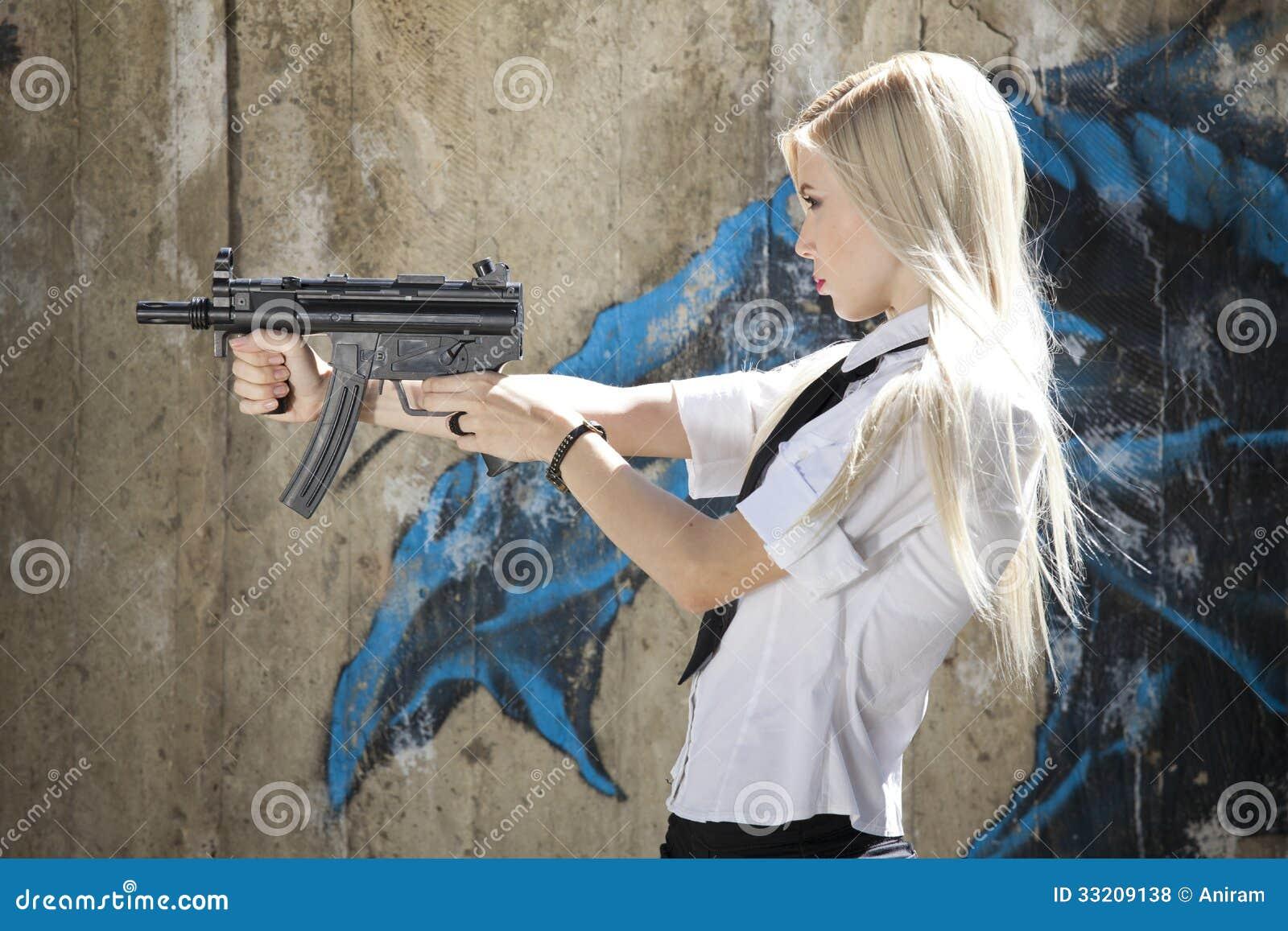 有枪瞄准的间谍