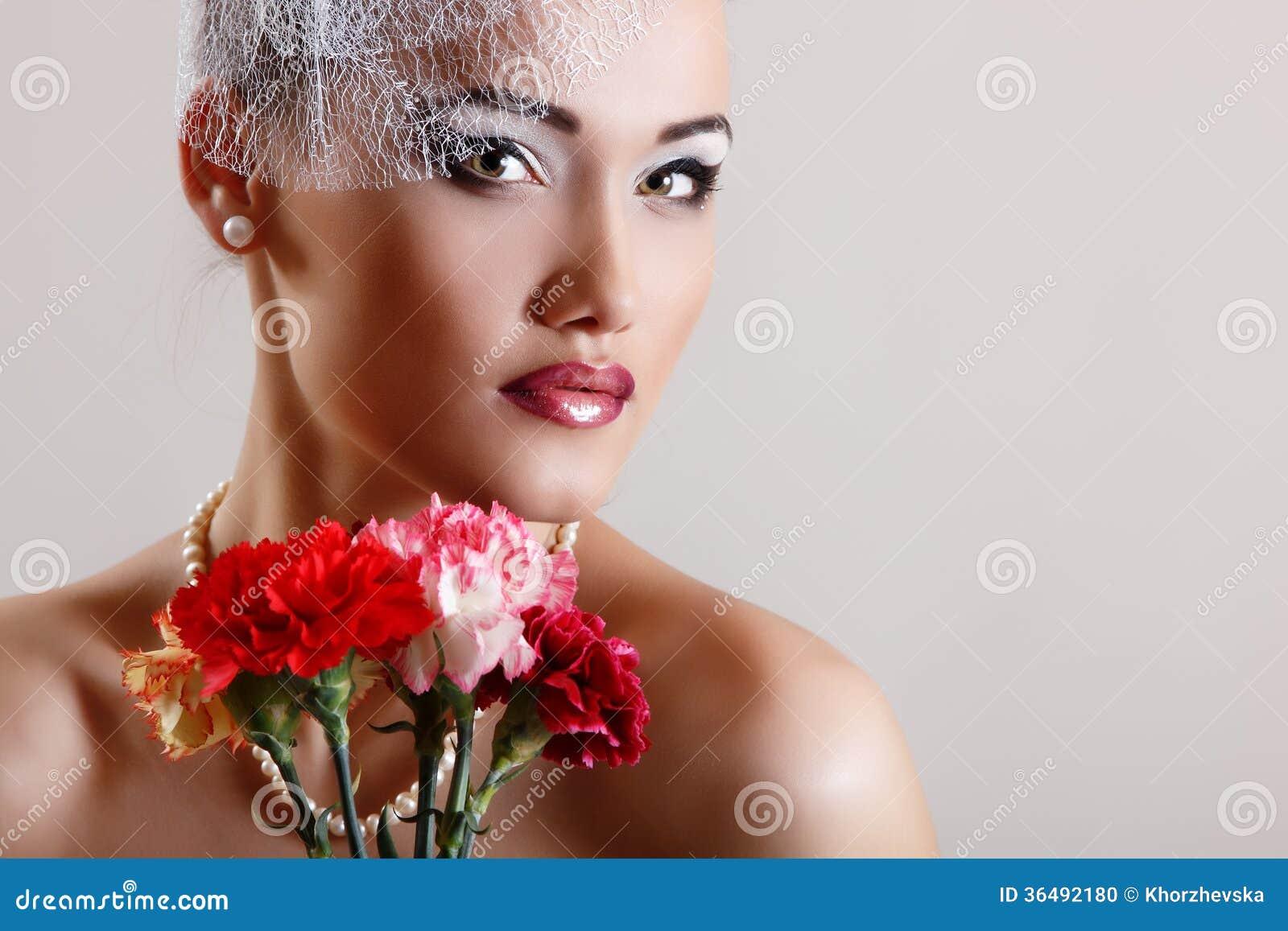 有桃红色花减速火箭的魅力秀丽画象的美丽的妇女