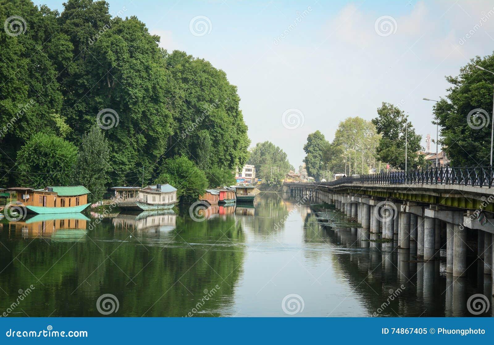有桥梁的浮动房子在斯利那加,印度