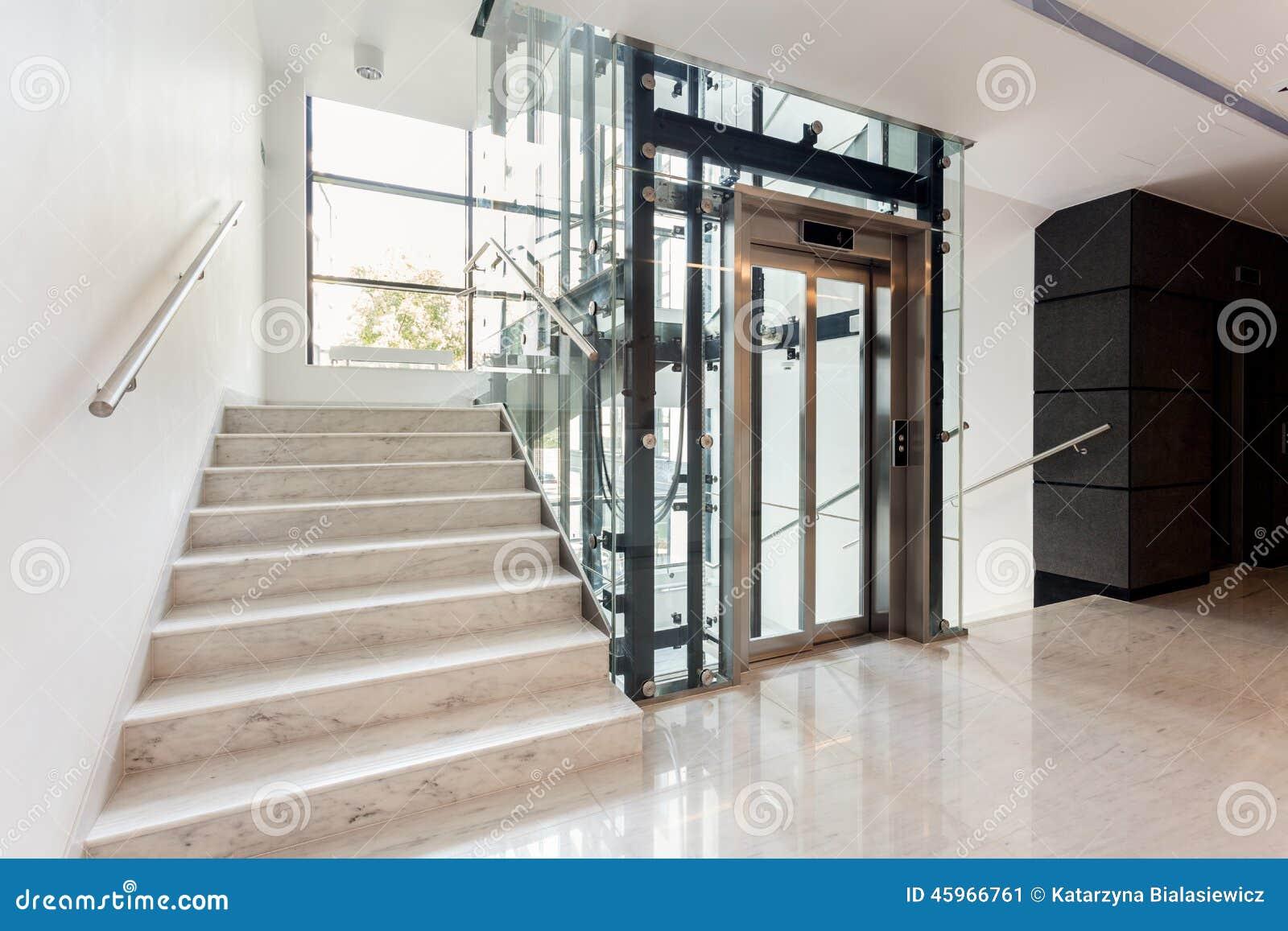 有楼梯和电梯的霍尔