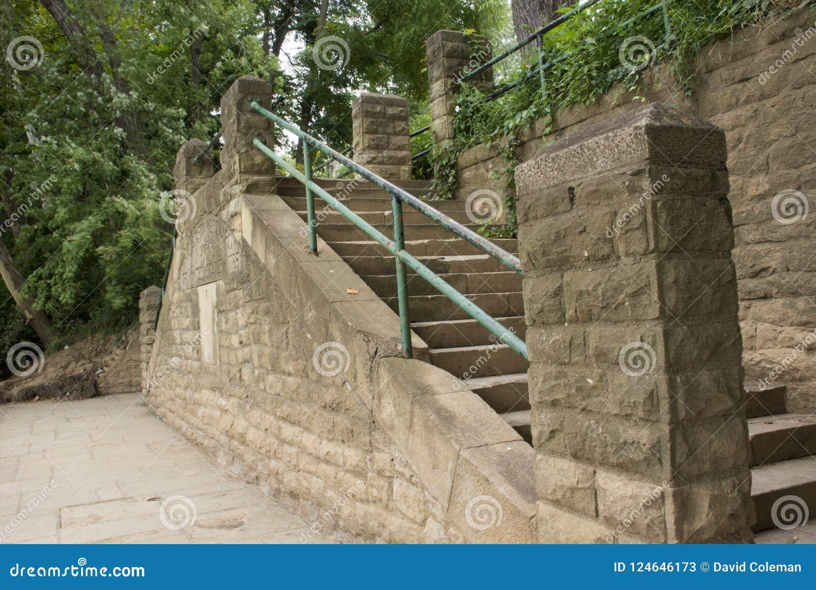 有楼梯的石墙