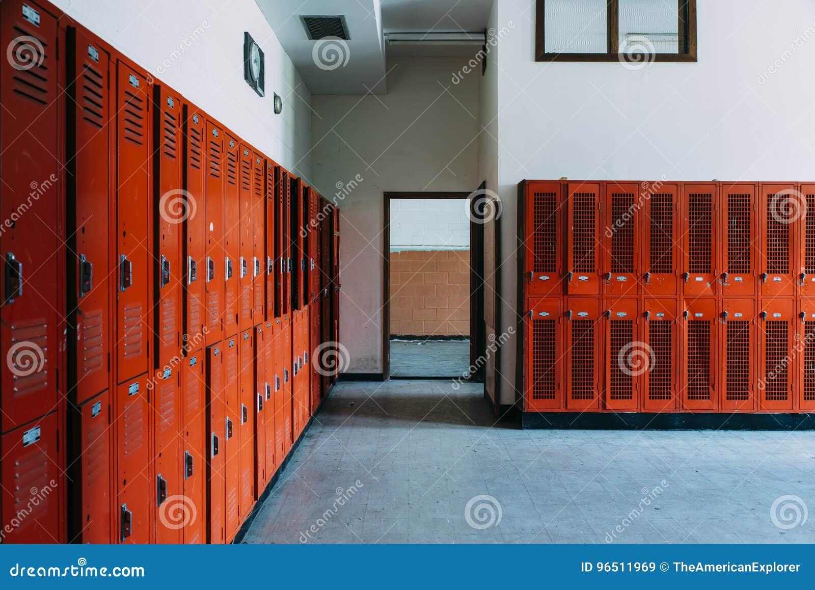 有橙色衣物柜的被放弃的学校更衣室