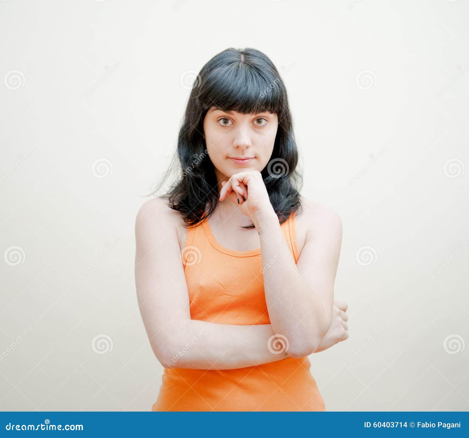 有橙色T恤杉画象的少妇