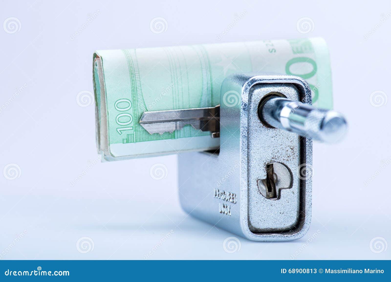 有欧洲钞票和钥匙的Deadbolt