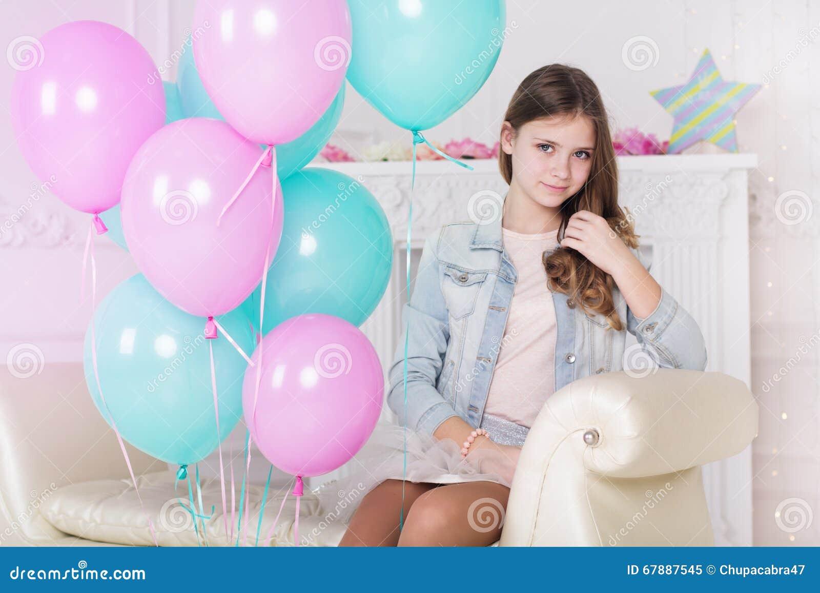 有气球的美丽的小女孩
