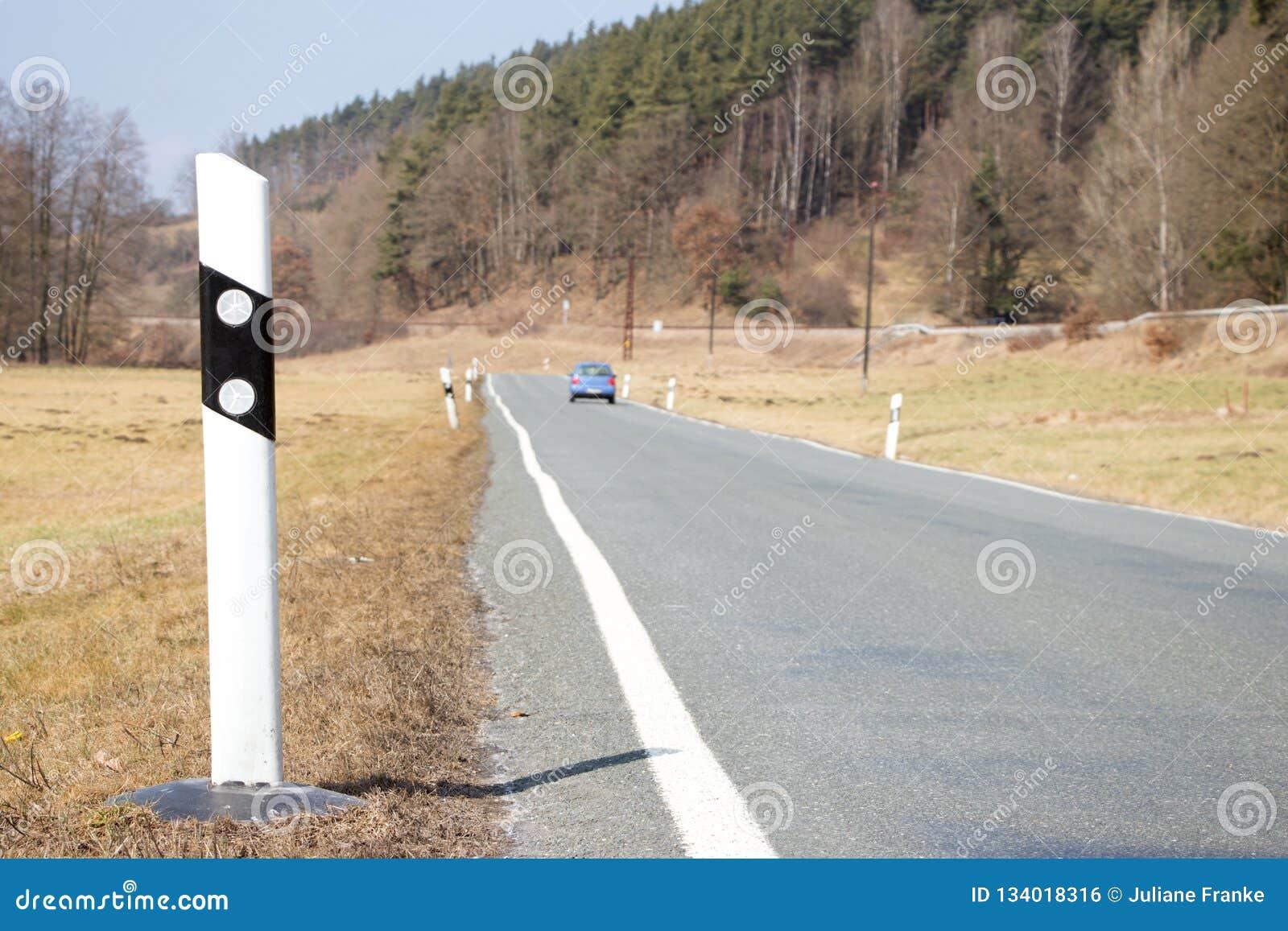 有汽车和反射器岗位的路