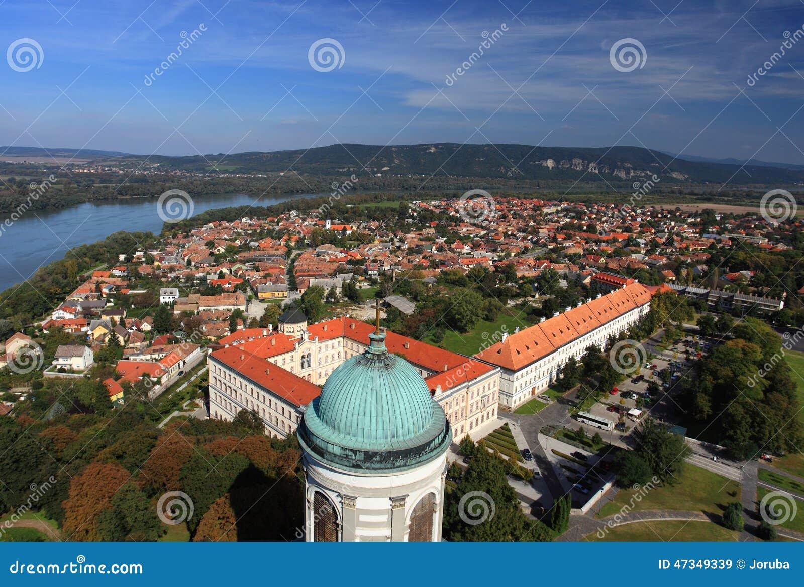 有河的多瑙河埃斯泰尔戈姆市匈牙利,从上面