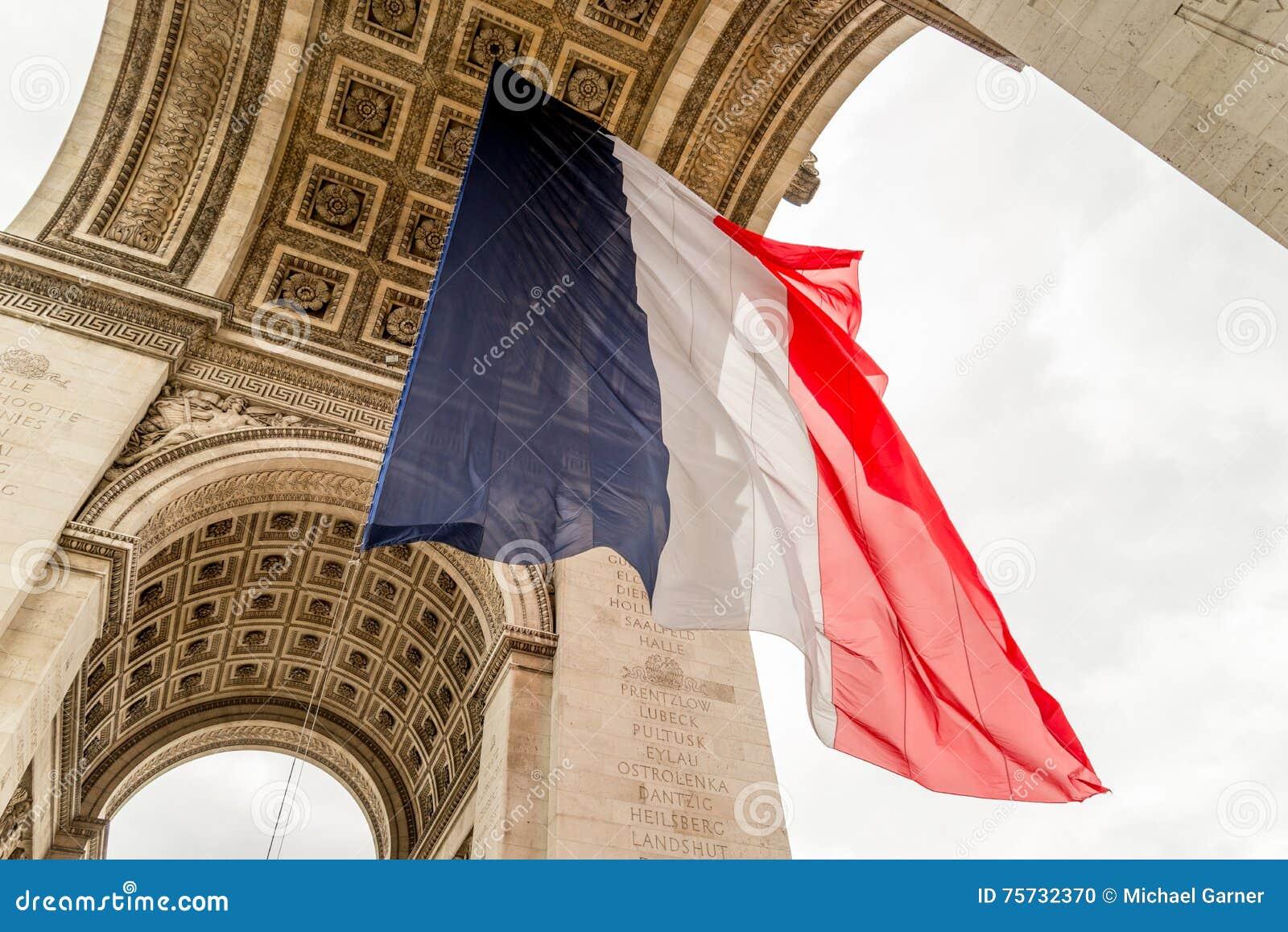 有法国旗子的凯旋门