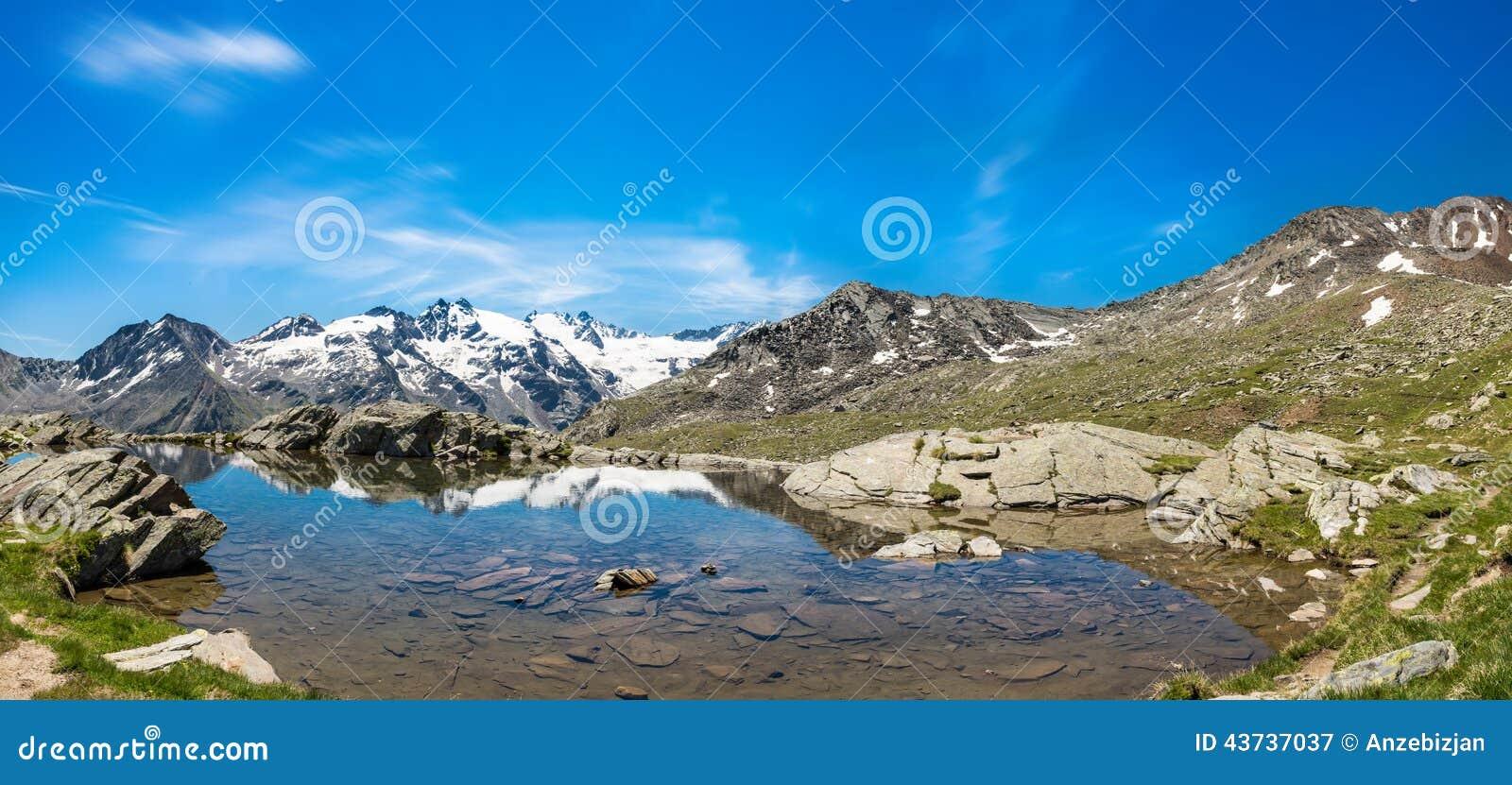 有清楚的山湖的田园诗夏天全景