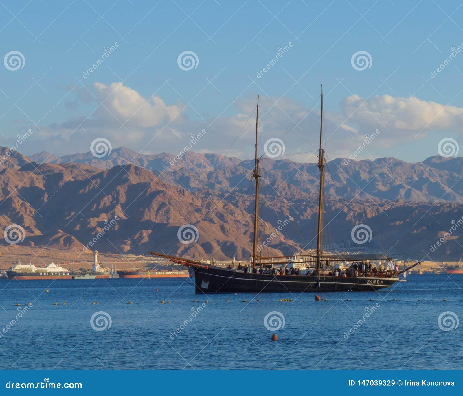有游人的风船在红海反对山和亚喀巴港