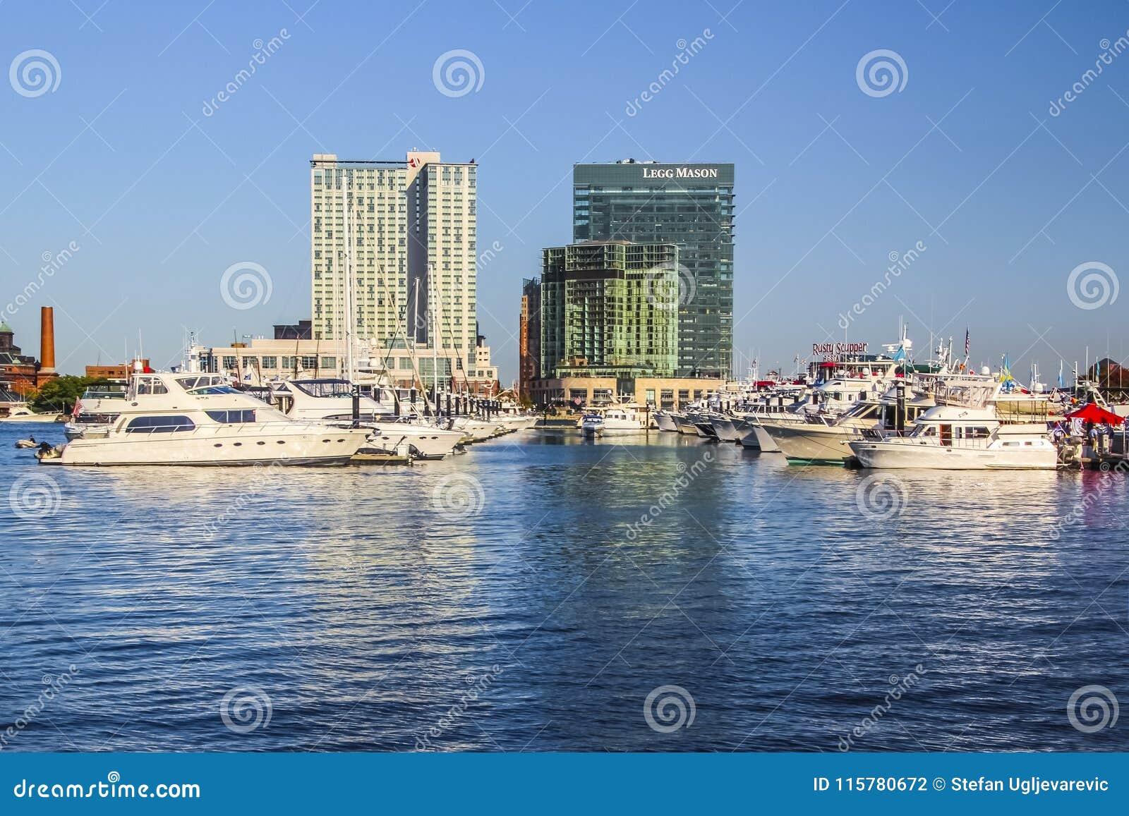 有游艇和小船的巴尔的摩港口