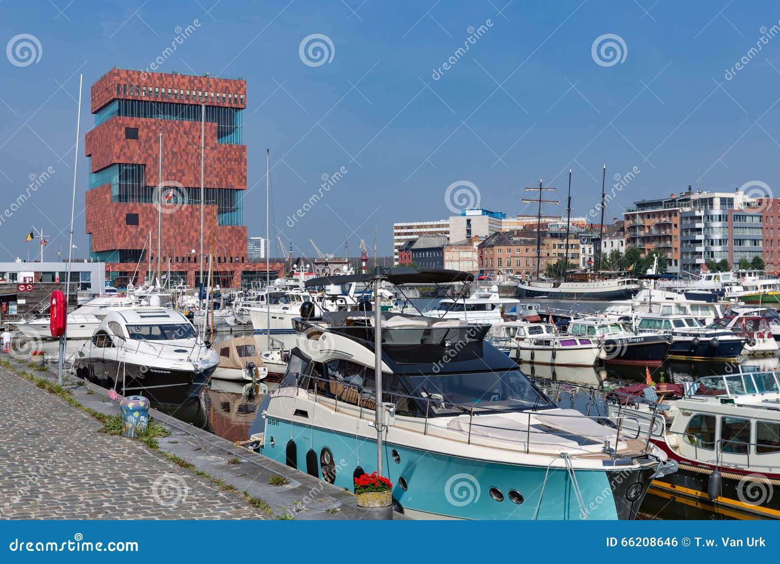 有游艇的小游艇船坞港口在安特卫普,比利时临近博物馆MAS