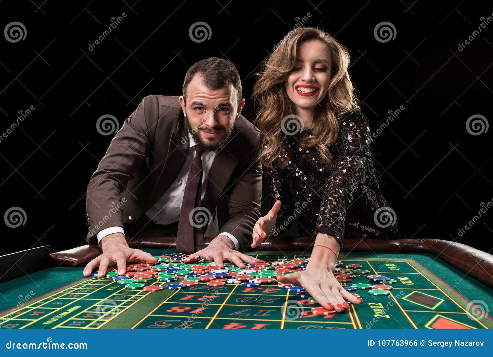有演奏轮盘赌的妇女的人在赌博娱乐场 对的瘾