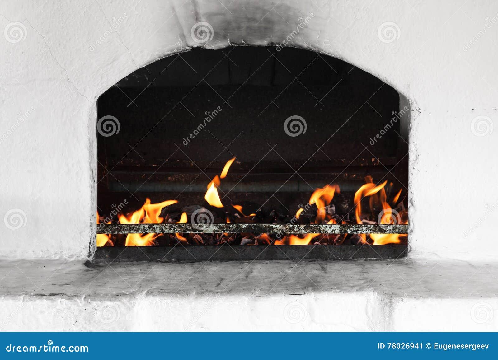 有火的白色俄国火炉燃烧器
