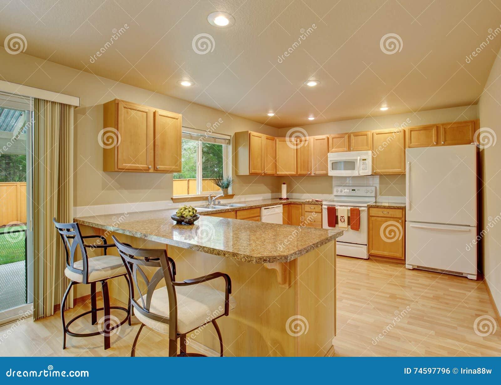 有灰色桌面的新的经典木大厨房
