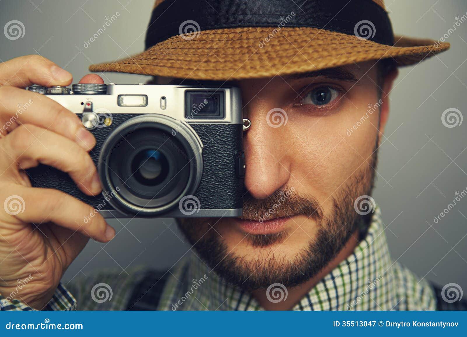 有照相机的时髦的英俊的人