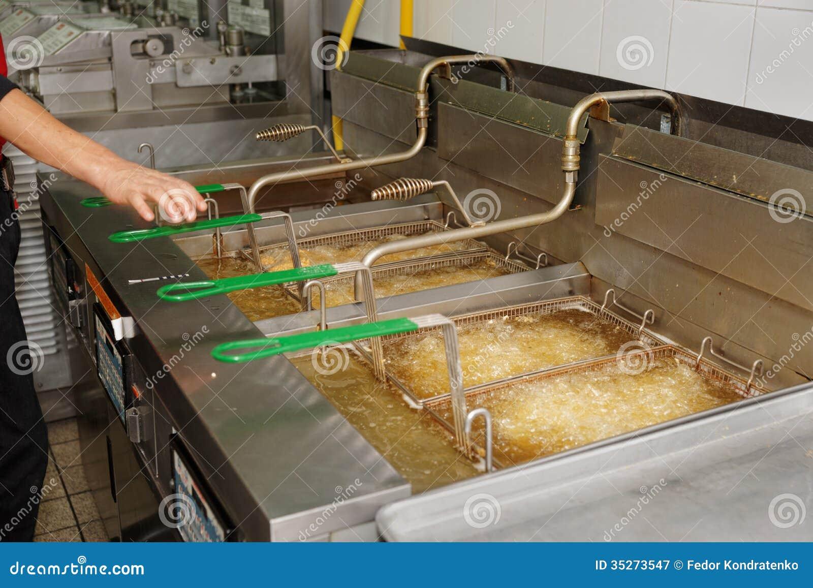 有煮沸的油的深炸锅