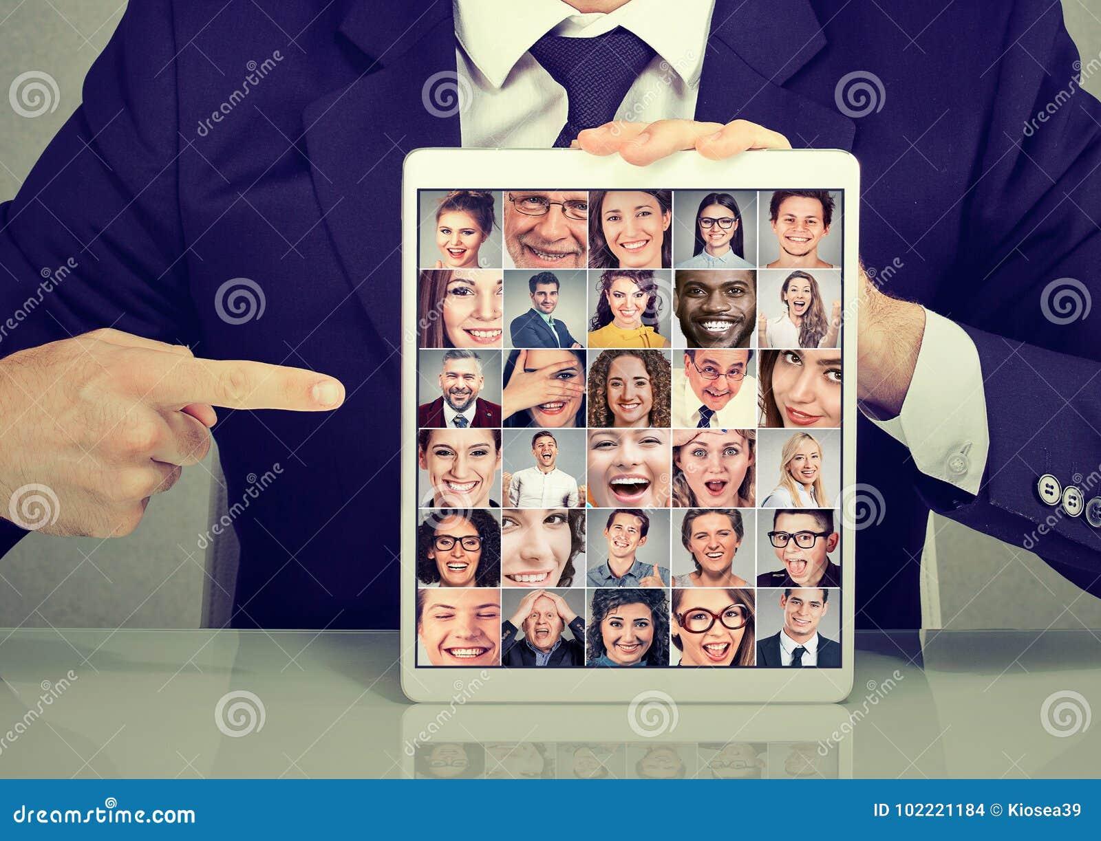 有片剂广告照片汇集小组的商人多文化不同的人民