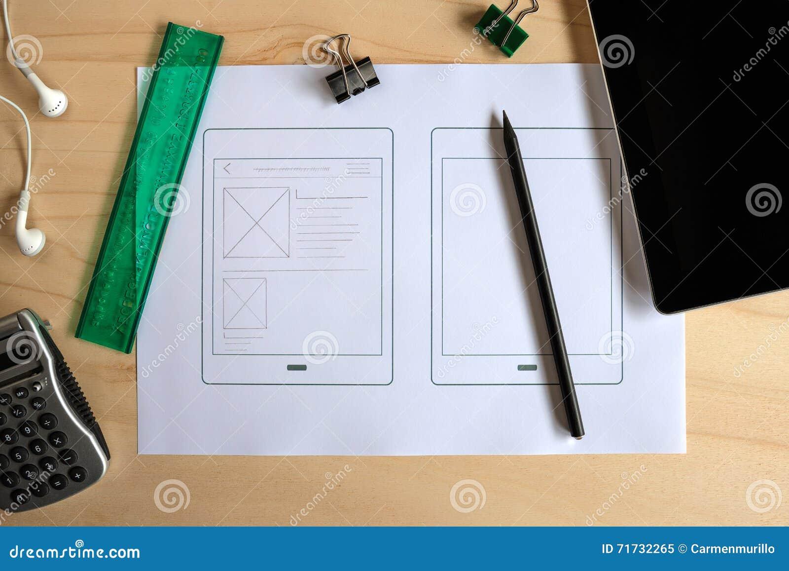 有片剂应用的纸原型的设计师书桌
