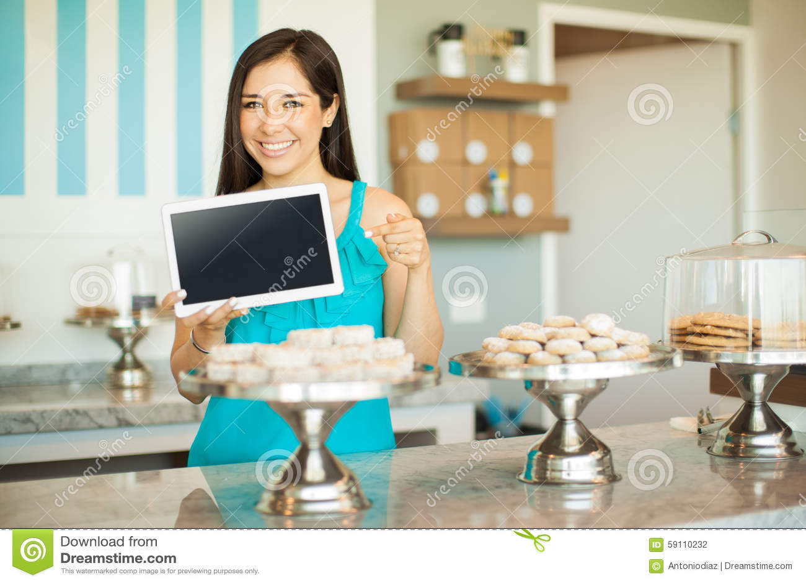 有片剂的女孩在蛋糕商店