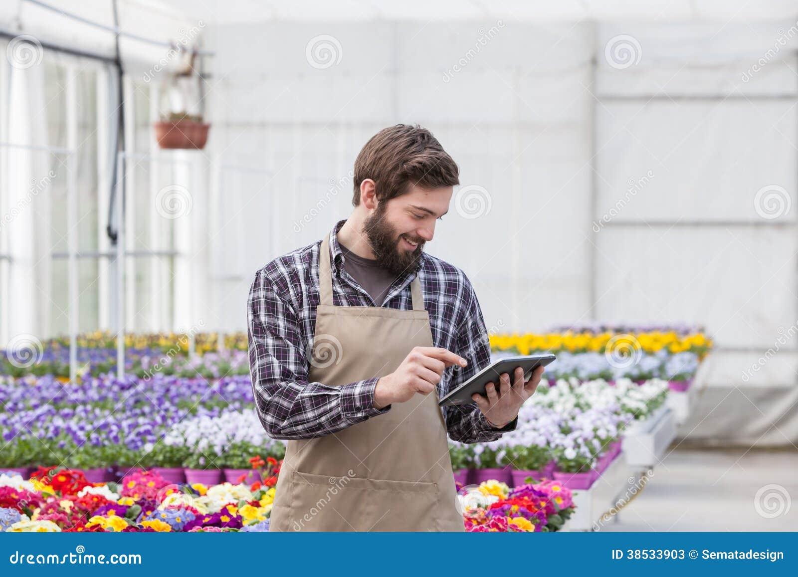 有片剂的庭院工作者