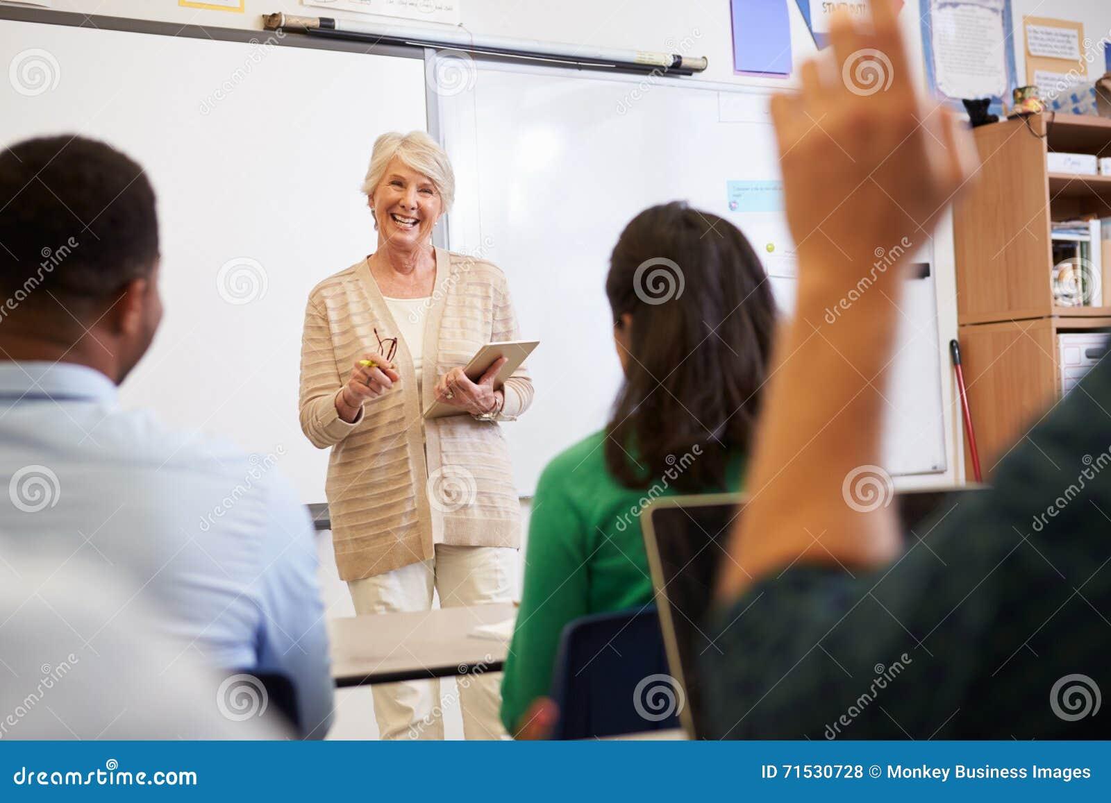 有片剂的成人教育的老师和学生分类