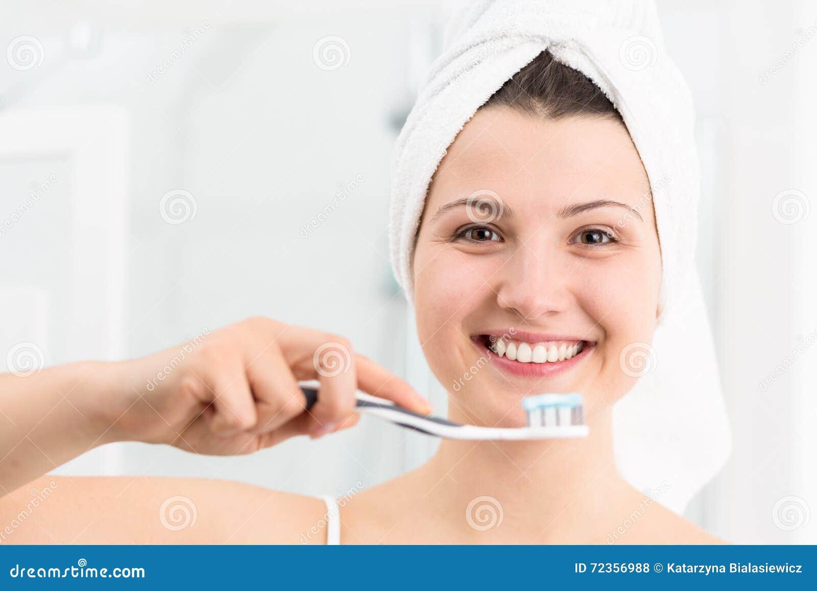 有牙刷的妇女