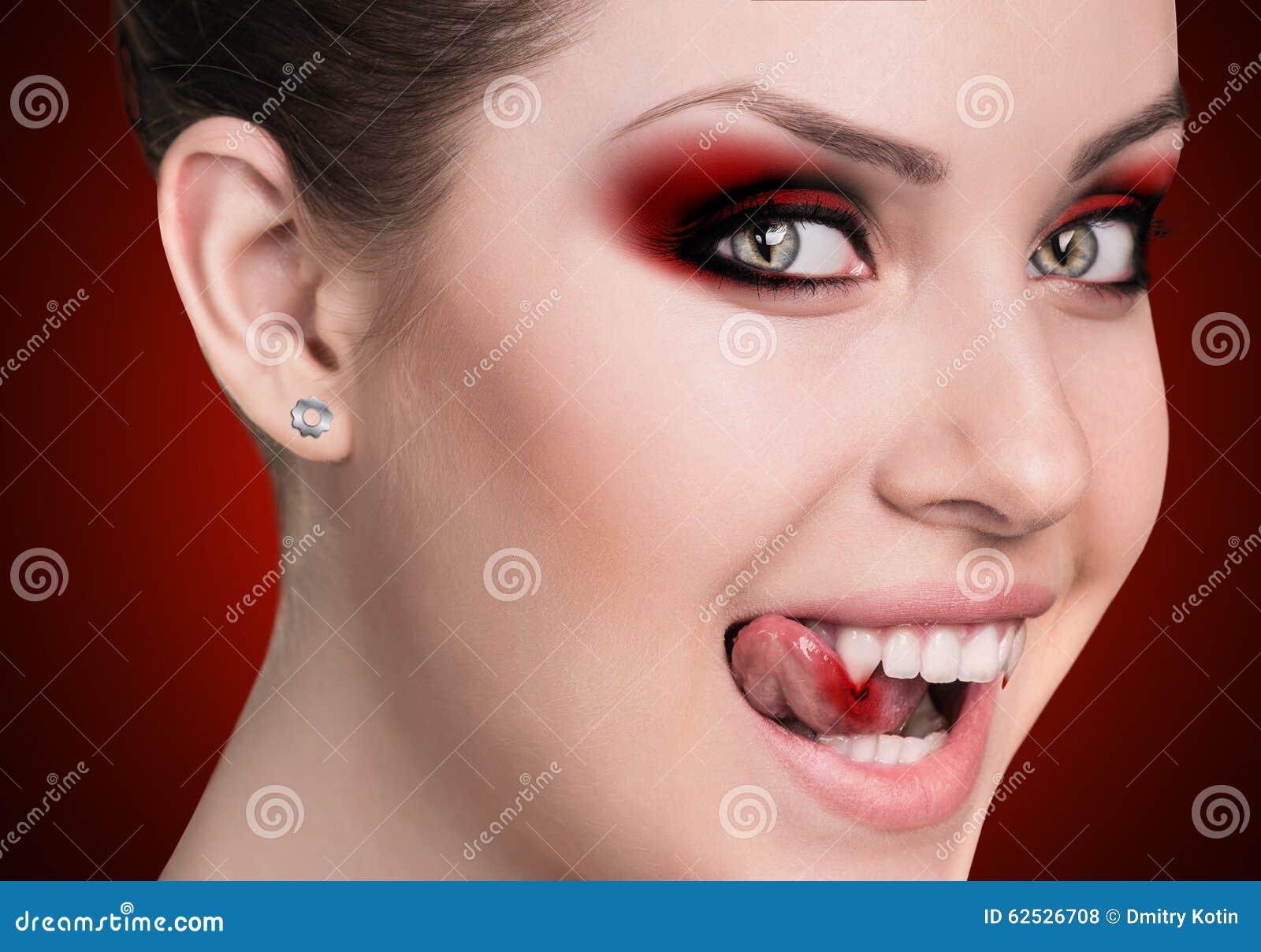 有犬齿的吸血鬼妇女