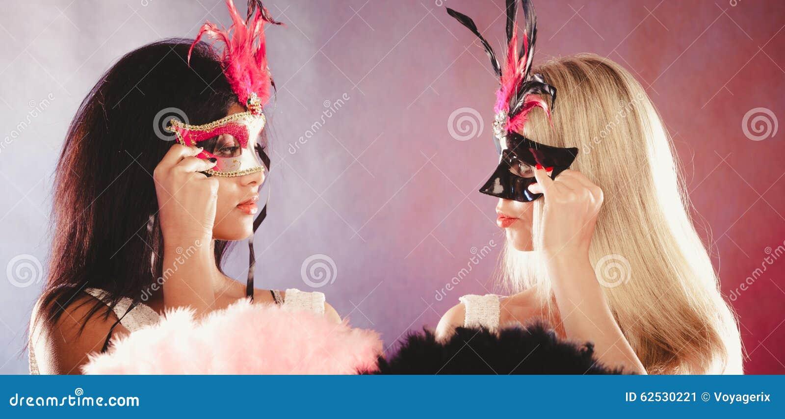 有狂欢节威尼斯式面具的两名妇女
