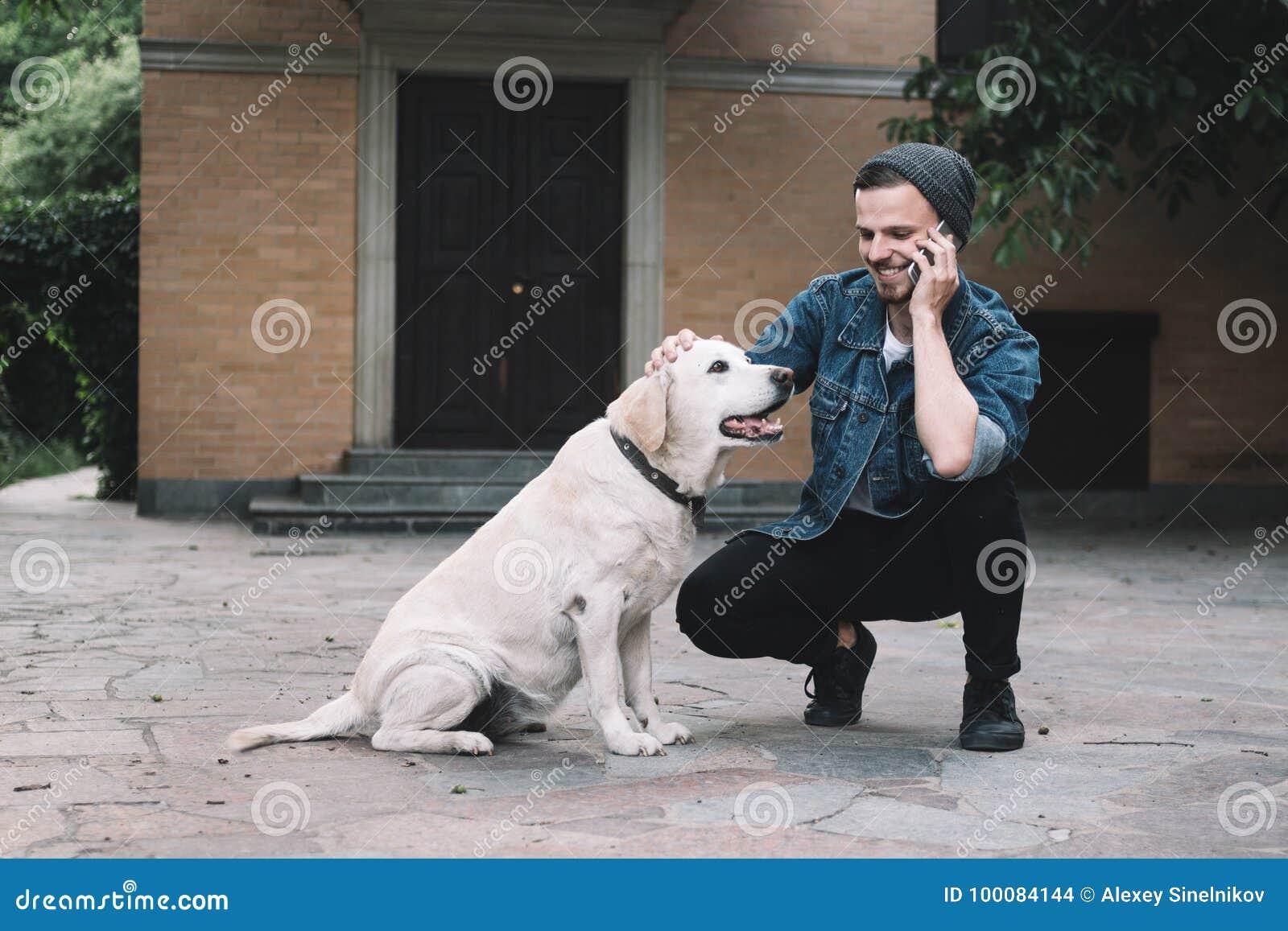 有狗的一个人