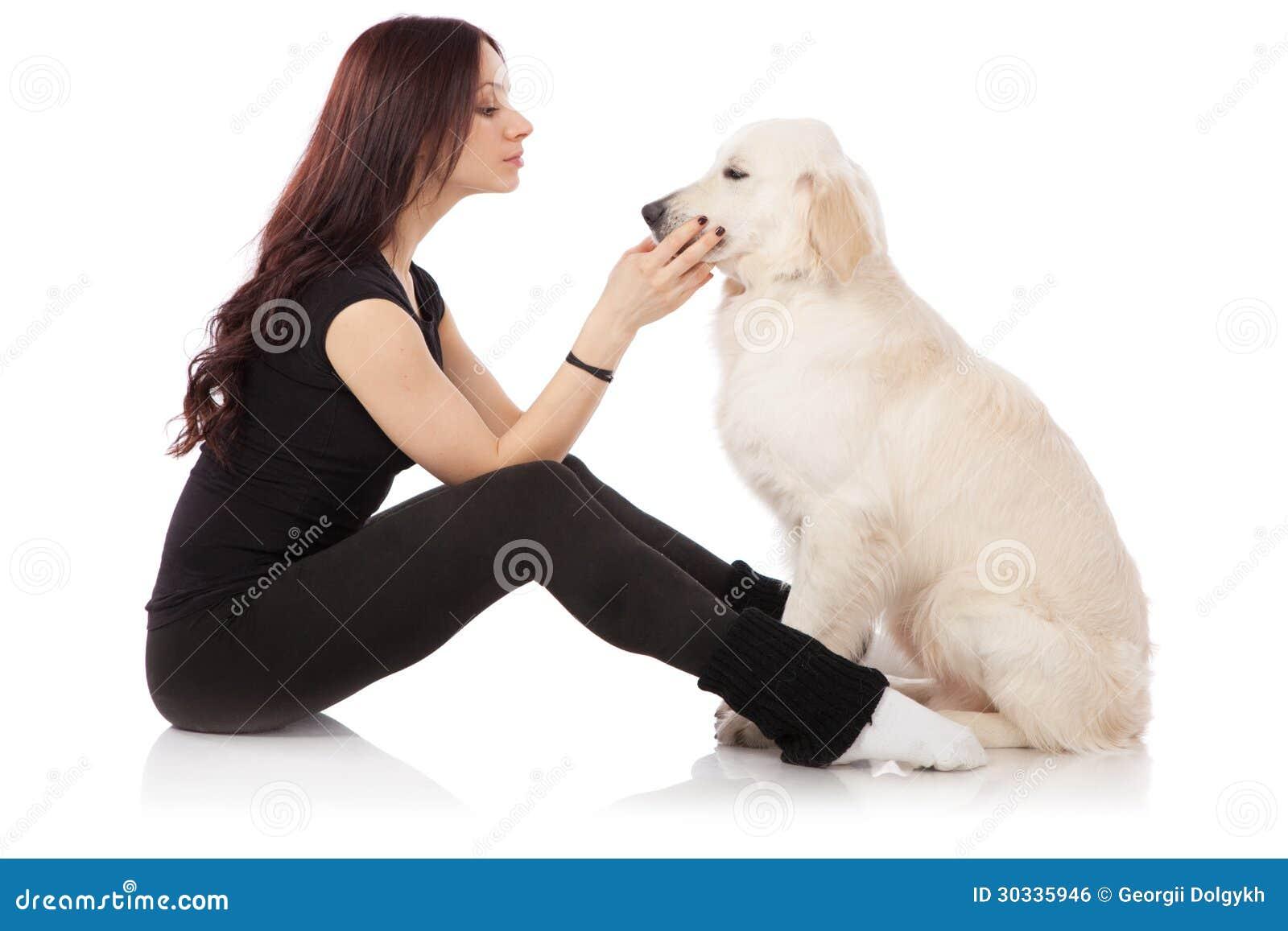 有狗的美丽的少妇