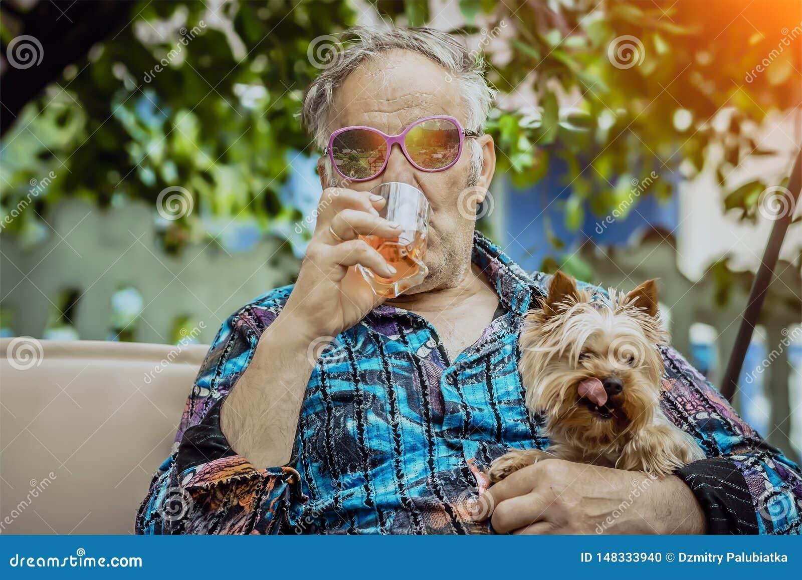 有狗的老人享有生活