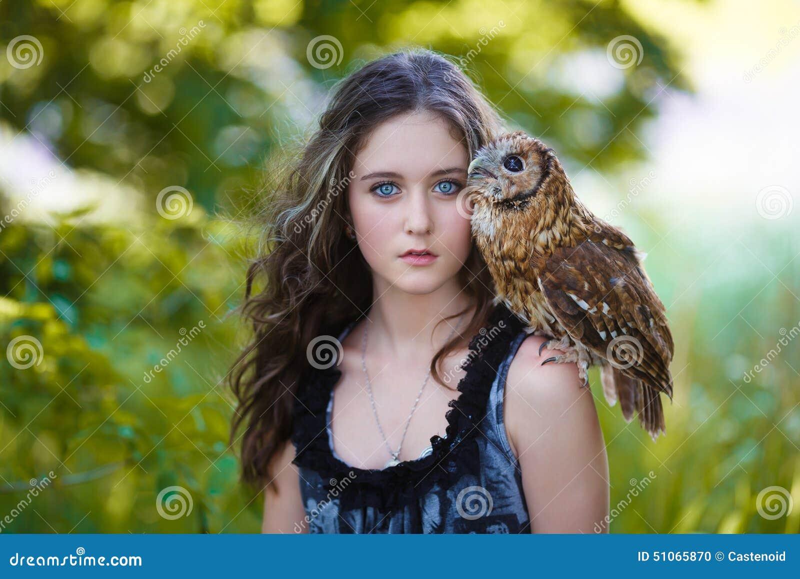 有猫头鹰的美丽的女孩
