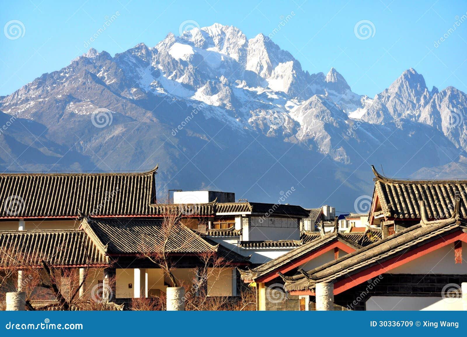 有玉龙雪山的屋顶