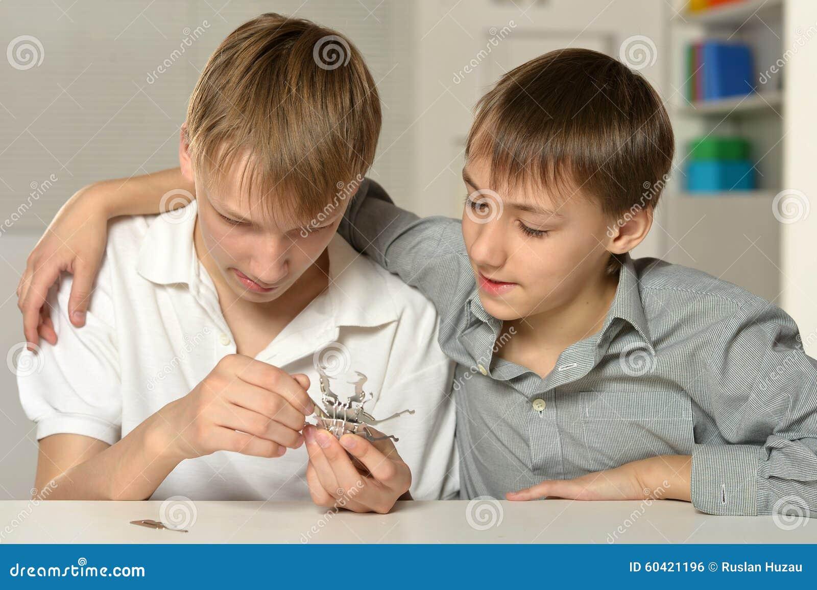 有玩具的两个愉快的兄弟