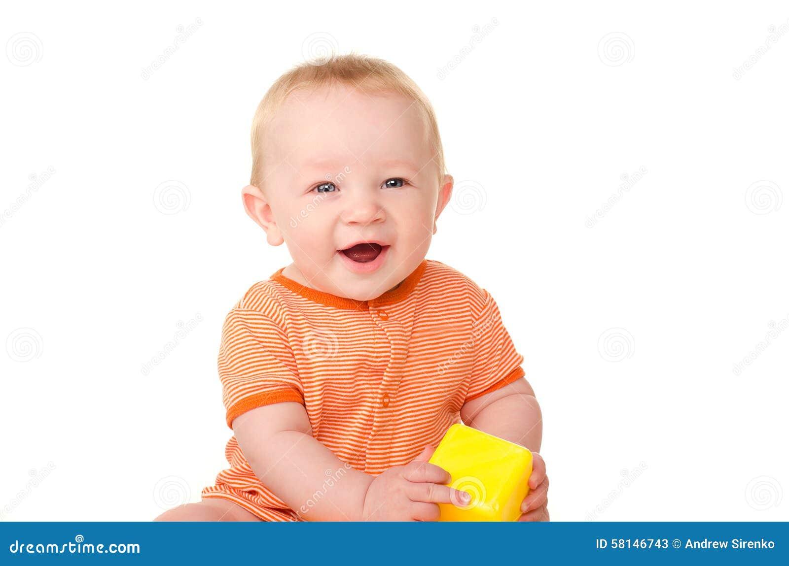 有玩具砖的笑的男婴