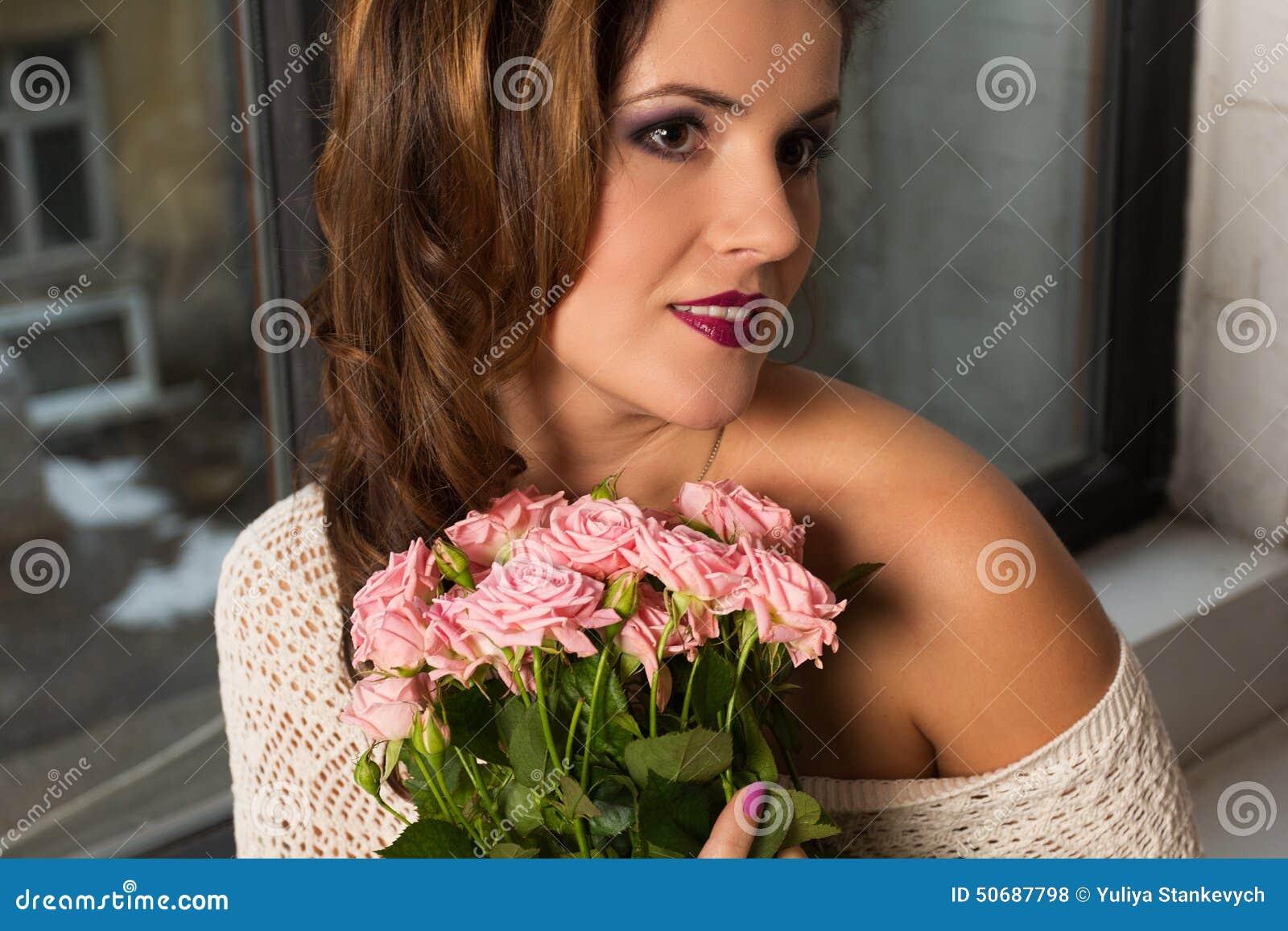Download 有玫瑰的女孩 库存照片. 图片 包括有 女孩, 浪漫, 编织, 花束, beautifuler, 查找, 发型 - 50687798